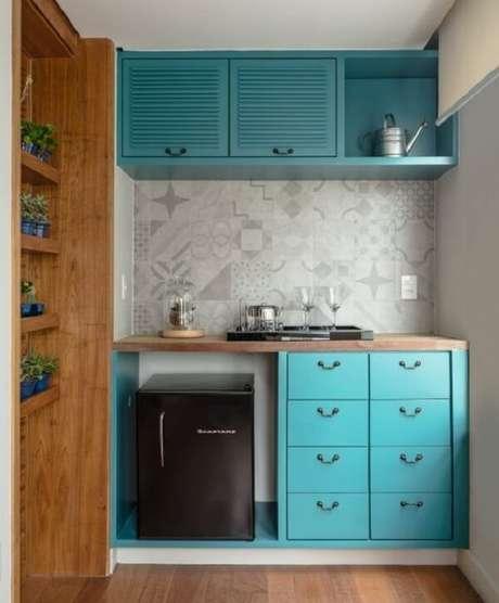 2. Decore espaços reduzidos incluindo no projeto uma mini geladeira na cor Fonte: Revista Casa e Jardim