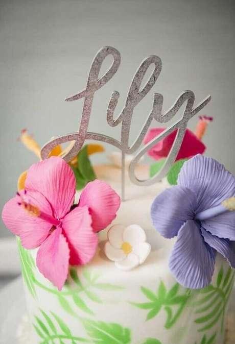 53. Delicada decoração com flores para bolo festa na piscina – Foto: Kara's Party Ideas