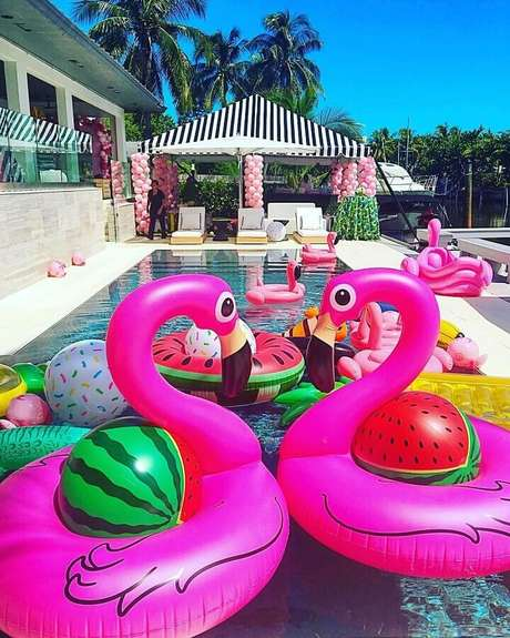 56. Linda decoração de festa na piscina com muitas boias divertidas e coloridas – Foto: Christina Figueroa Manso