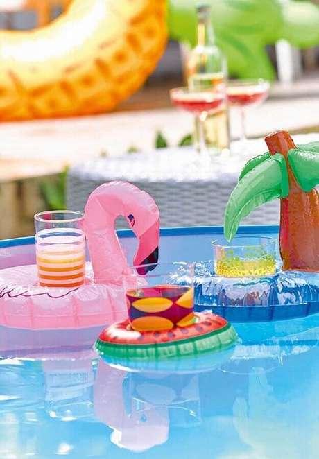 55. As comidas para festa na piscina podem ser servidas dentro de boias divertidas – Foto: Pinosy