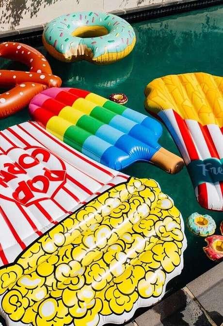 57. Boias coloridas e divertidas são presença garantida em toda festa na piscina – Foto: Sugar and Charm