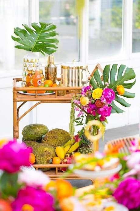 58. Decoração tropical para carrinho de bebidas de festa na piscina – Foto: Blog Elika Festas