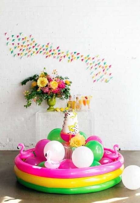 59. Festa na piscina decorada com piscina de plástico e bolas coloridas – Foto: Style Me Pretty
