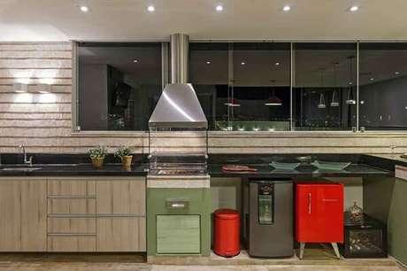 39. Geladeira mini vermelha complementa a área gourmet da casa. Fonte: Pinterest