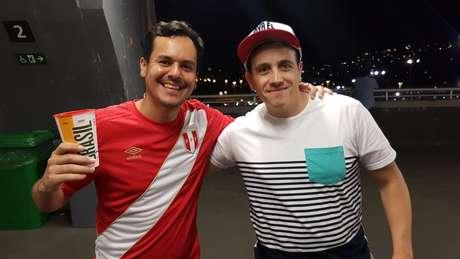 Marc (esquerda) contou com o apoio do amigo argentino Pablo na vitória do Peru por 3 a 1 sobre a Bolívia. Ele ficou surpreso com o número de torcedores peruanos no Maracanã