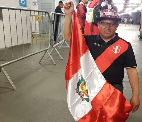 O comerciante Jeysi Anco não desgrudou da bandeira do Peru durante o jogo. No final, ele se emocionou com a exibição da sua seleção