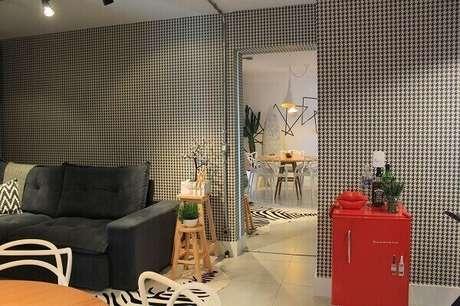 40. Living + cantinho bar com geladeira mini retrô vermelho. Fonte: Revista Viva Decora