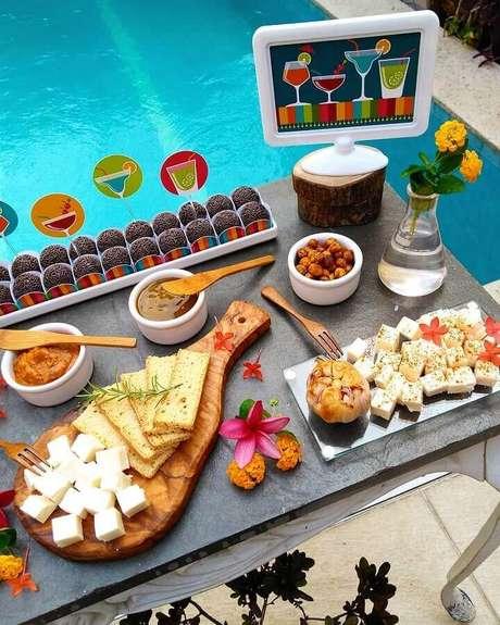 65. Ideia de decoração para mesa de comidas para festa na piscina – Foto: Coisas da Bonfa
