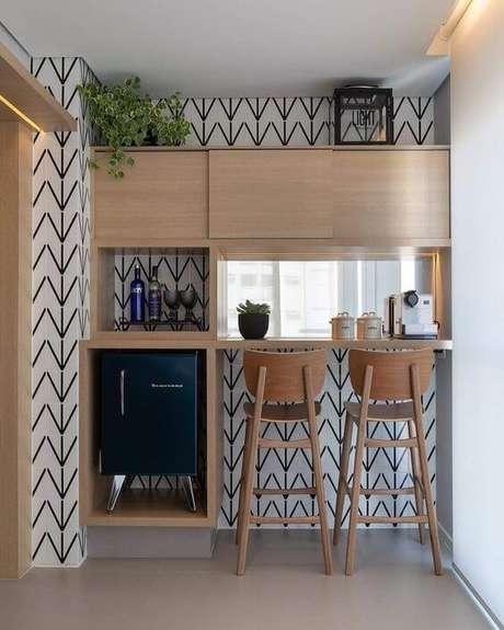 9. Mini geladeira em suporte elevado facilitando o uso e retirada de produtos. Fonte: Loja Persianet
