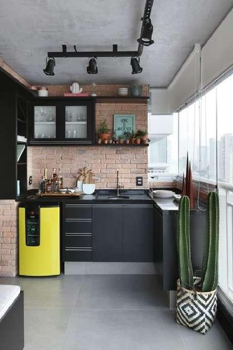14. Mini geladeira em tons de preto e amarelo. Fonte: Casa Vogue