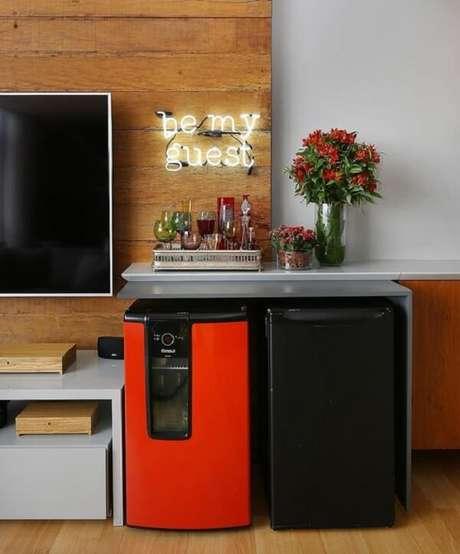25.Geladeiras mininas cores laranja e preto complementam a decoração da sala. Fonte: Pinterest