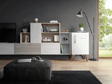 34. Mini geladeira na cor branca complementa a decoração da sala. Fonte: Pinterest