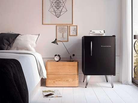 35. Mini geladeira na cor preta encanta a decoração do quarto. Fonte: Pinterest