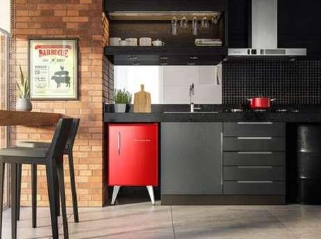 16. Mini geladeira na cor vermelha complementa o ambiente da varanda. Fonte: Conexão Decor