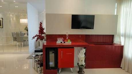 18. A cor da mini geladeira combina com a pia vermelha trazendo assim harmonia ao ambiente. Fonte: Pinterest