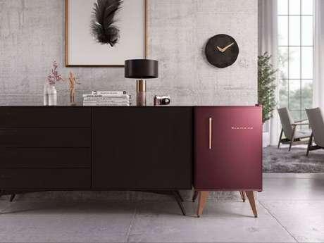 32. A cor ousada da geladeira mini traz vida para a decoração do ambiente. Fonte: Conexão Decor