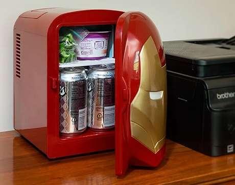 7. Mini geladeira portátil com design de personagem. Fonte: Tudo Para Homens