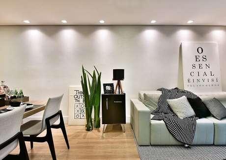 41. Geladeira mini preta complementa a decoração da sala de estar. Fonte: Revista Viva Decora