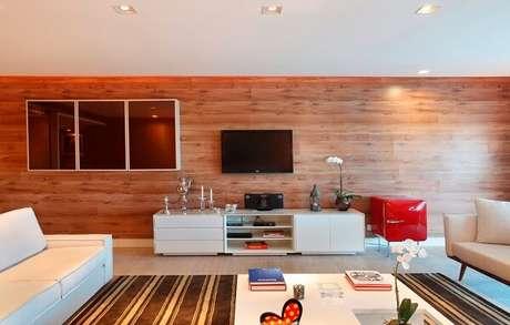 23. Mini geladeira retrô traz funcionalidade para o ambiente da sala de estar. Fonte: Decor Salteado