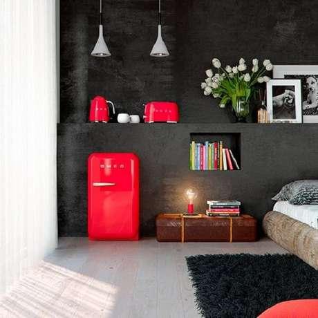 21. Mini geladeira retrô na cor vermelha incorpora a decoração do quarto. Fonte: Pinterest