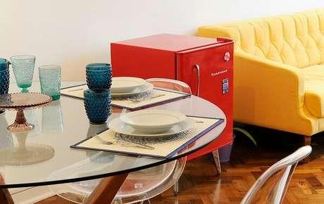 44. Geladeira mini retrô vermelha para sala. Fonte: Westwing