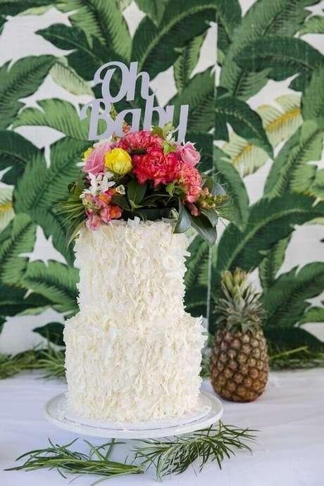 66. Modelo de bolo festa na piscina decorado com flores no topo – Foto: Party with Lenzo