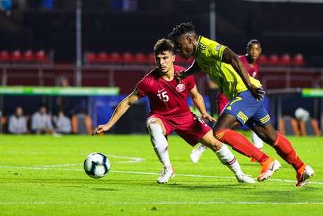 Hisham (e), da Catar, em lance da partida contra Duvan Zapata, da Colômbia, válida pela segunda rodada do Grupo B da Copa América 2019, realizada no Estádio Cícero Pompeu de Toledo (Morumbi), na capital paulista, nesta quarta-feira (19).