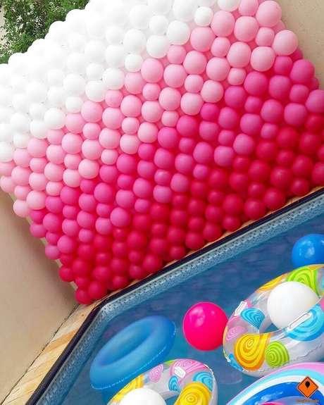 67. Decoração com painel de bexigas para festa na piscina – Foto: Tunico Oliveira e Cris Toledo