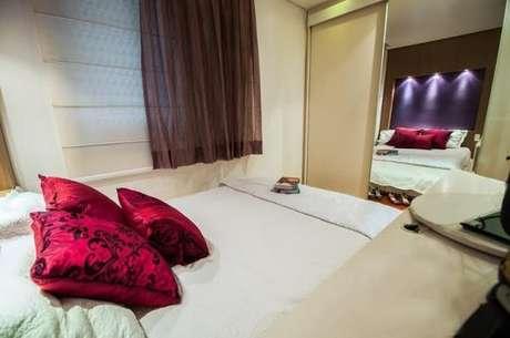 44. Quando a cama estiver encostada na parede, o tecido para cortina da janela deverá ser mais curta – Por: Viva Decora