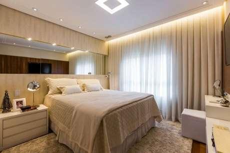 42. Tecido para cortina com decoração de quarto de casal suíte – Por: By Arquitetura