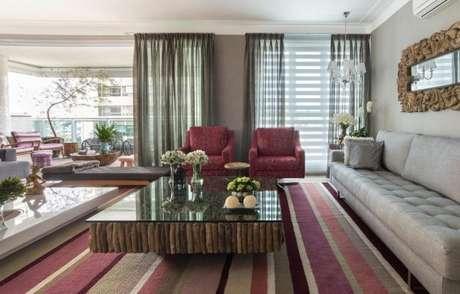 28. Quando a sala tiver cores fortes, use o tecido para cortina neutro – Por: Pinterest