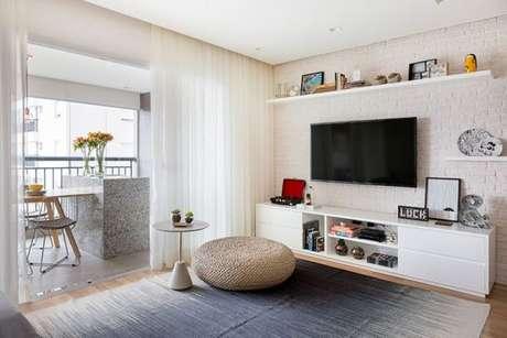 26. A sala de estar branca, fica ainda mais bonita com o tecido para cortina claro e de tecido de voil – Por: Doob Arquitetura