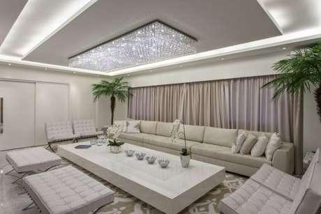8. Tecidos para cortinas com decoração de sala de estar clean e sofisticada – Por: Iara Kilaris