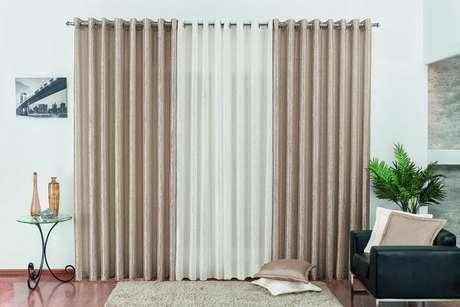 25. Tecido para cortina de sala na cor bege e branca.
