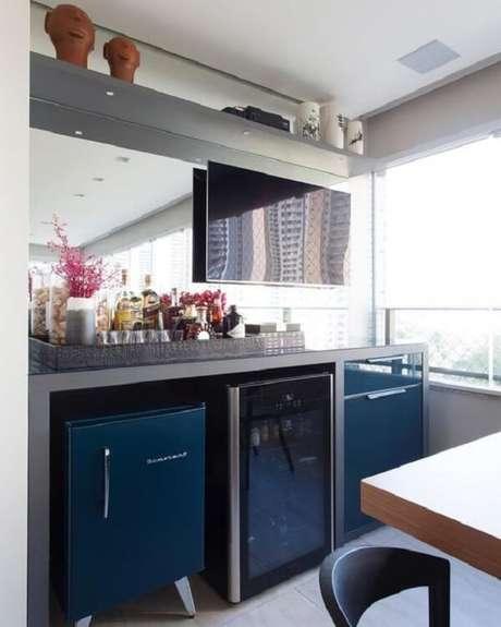 26. Varanda gourmet com mini geladeira azul. Fonte: Dicas de Mulher