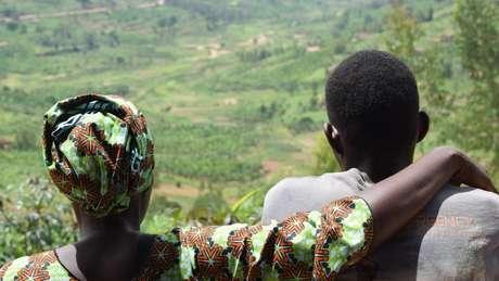 Carine e seu filho Jean-Pierre, um das milhares de crianças nascidos como resultado de estupro durante o genocídio em Ruanda