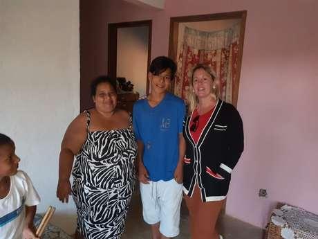 Luan com a mãe, Cirlene, à esquerda, e Silvania, do Busca Ativa Escolar, que o visitou para convencê-lo a voltar para a escola.