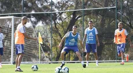 Jogadores reservas da Argentina treinam após empate com o Paraguai.