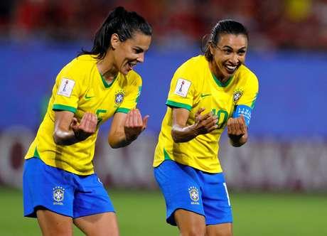 Marta e Thaisa celebram gol brasileiro contra a Itália