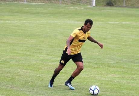 Vinícius, durante treino no Criciúma, onde está desde o início deste ano (Foto: Divulgação)