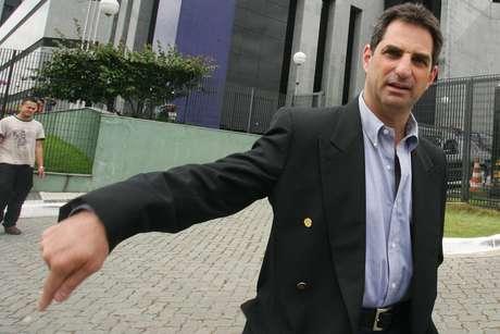 Flávio Maluf deixa a sede da polícia federal, na Lapa, após prestar depoimento.