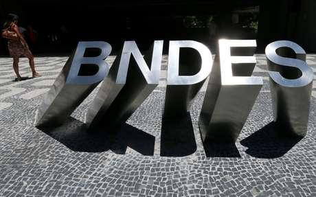 Letreiro com a sigla do BNDES à frente dos escritórios do banco, no Rio de Janeiro. 8/1/2019. REUTERS/Sergio Moraes