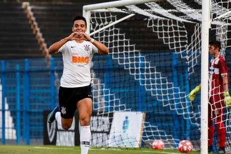 O atacante Sandoval comemora o terceiro e último gol do Corinthians na partida (Rodrigo Gazzanel/Agência Corinthians)