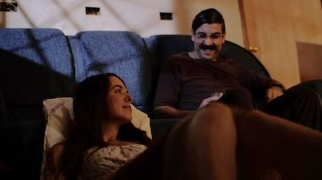 Amanda Maya e o ator e diretor Tristan Aronovich em cena de Alguém Qualquer