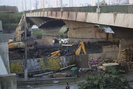 Rescaldo do incêndio que atingiu a parte debaixo da ponte do Jaguaré, na Marginal do Pinheiros, no sentido de Interlagos, na manhã desta sexta-feira, 21