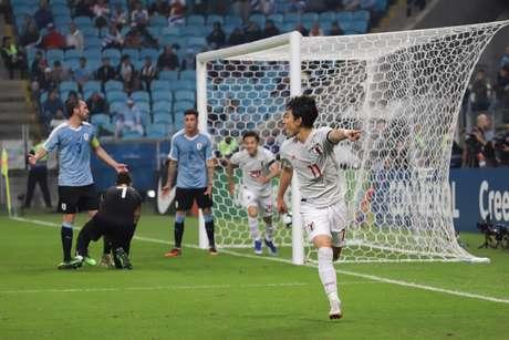 Miyoshi, do Japão comemora gol durante a partida entre Uruguai x Japão, válida pelo Grupo C da Copa América no estádio Arena do Grêmio, em Porto Alegre-RS, na noite desta quinta (20)