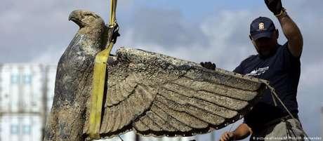 Águia de bronze pesando 350 quilos foi resgatada em 2006