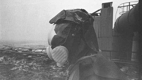 Segundo testemunhas, a série Chernobyl faz um retrato fiel dos efeitos da radiação no corpo humano; na imagem, um membro da equipe de limpeza no telhado da usina soviética
