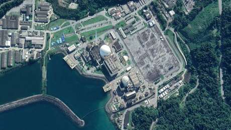 Vista aérea das usinas de Angra 1 e Angra 2, envoltas pelo mar e floresta de Angra dos Reis