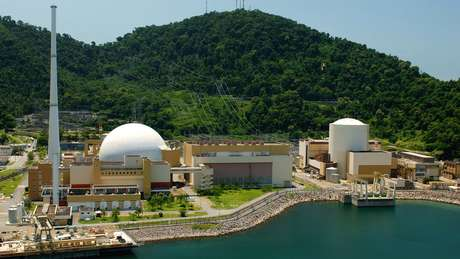Usinas Angra 2 (à esquerda) e Angra 1 (à direita); os reatores, onde a energia nuclear é gerada, ficam dentro das estruturas brancas